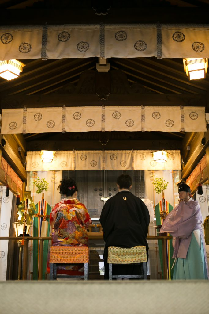 3105d3415471e チャペル挙式とが違う日本独自の結婚式であり、厳かな中にも親しみを感じる結婚式・・・それが神社での神前挙式です。